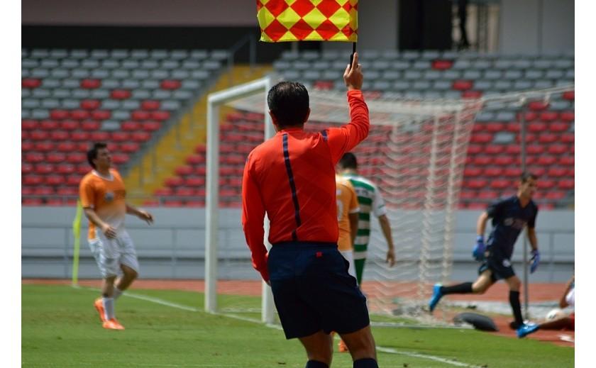 Complementos que todo árbitro de fútbol debe tener