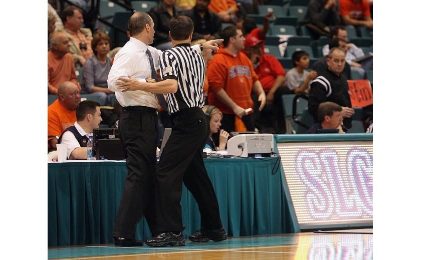 ¿Cuál es el material que debe usar un entrenador de baloncesto?
