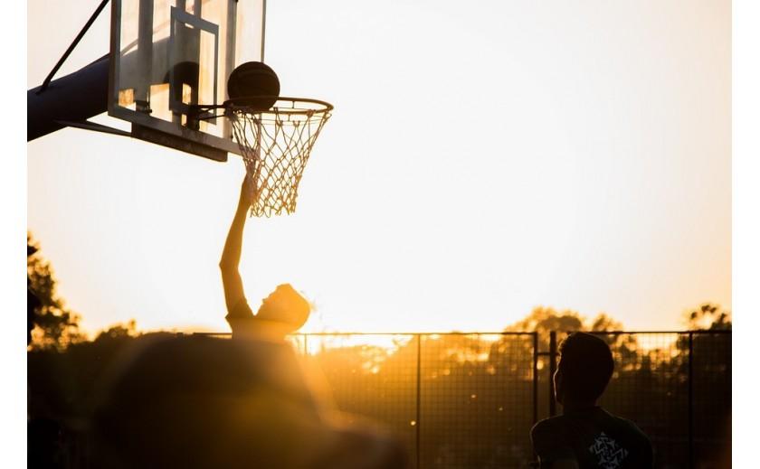 De una cesta de melocotón a una canasta de baloncesto